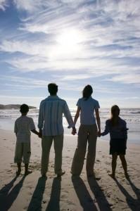 Familie-aan-strand-199x300.jpg